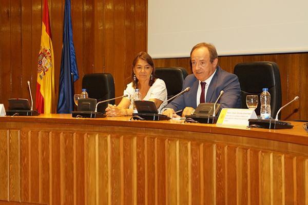 Pie de foto: Belén Crespo Sánchez-Eznarriaga (directora de la AEMPS) y José Javier Castrodeza Sanz (secretario general de Sanidad y Consumo)