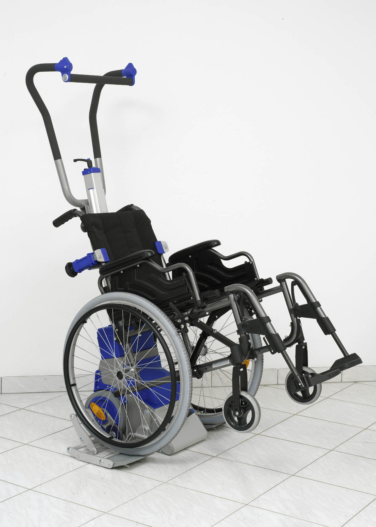 Ejemplo de sube-escaleras Liftkar PT-Uni con silla de ruedas incorporada.